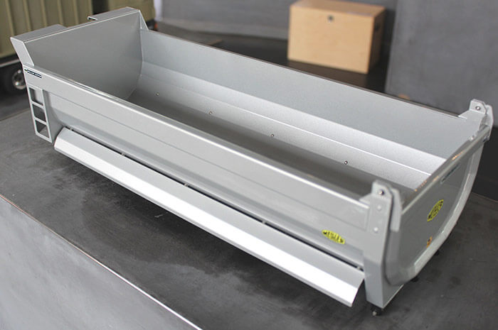 Roll off-tipper-body in halfpipe-design